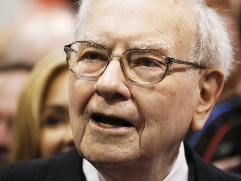 9 books that billionaire Warren Buffett thinks everyone should read